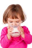 Malá holčička konzumní mléko