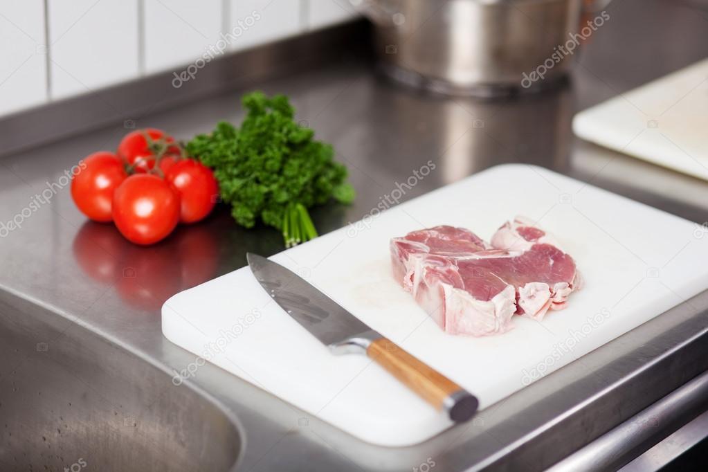 Если это овощи не будут подвергаться термической обработке-варению, жарке, тушению, а сразу пойдут в салат, то действительно, опасно после сырого мяса разделывать такие овощи на данной разделочной доске.