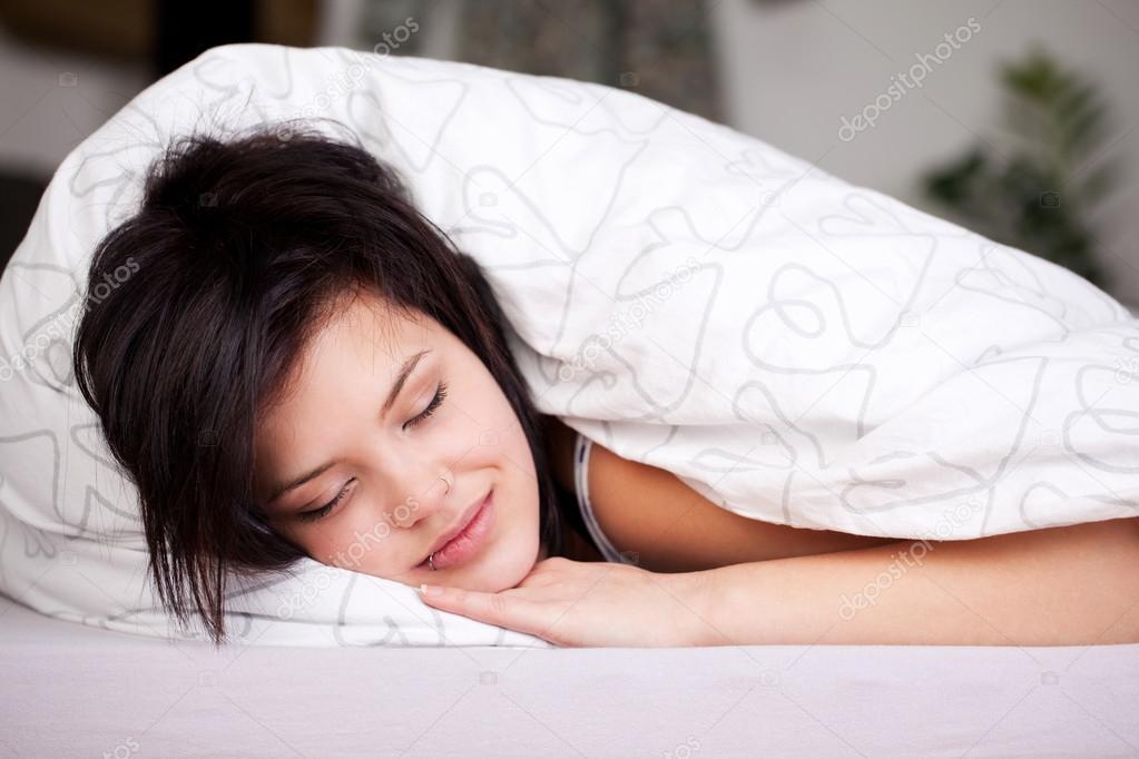 Девушка спит в постели фото фото 385-529
