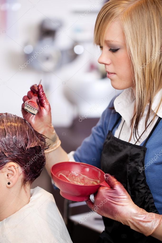 Joven peluquero aplicando un tinte — Fotos de Stock #28122933