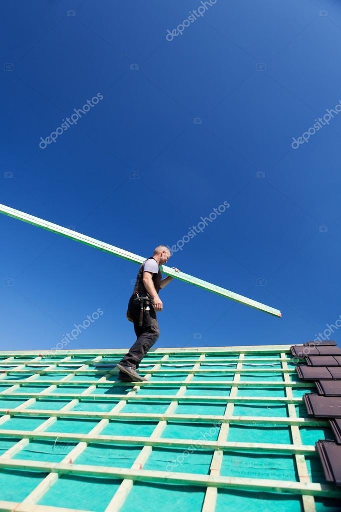 Dachdecker das Dach mit einem Balken Klettern — Stockfoto © racorn ...