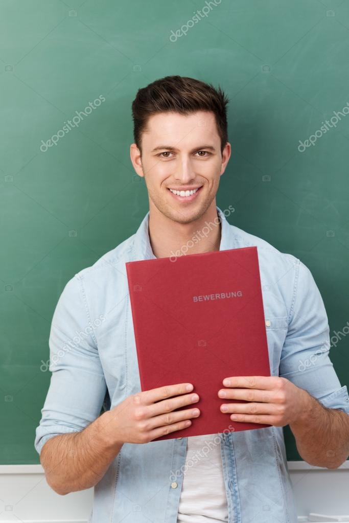 sonriendo estudiante o solicitante de empleo con un cv — Foto de ...