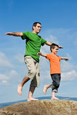 Fotografie Vater und Sohn bleiben auf dem Stein