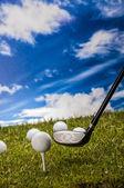 Golf téma na zelené trávě a sky pozadí