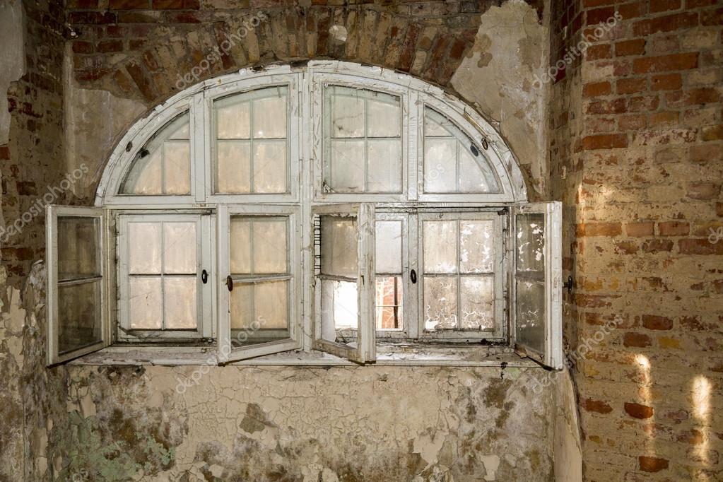 alte runde fenster auf eine wand mit farbe auf dem glas stockfoto narimbur 42902903. Black Bedroom Furniture Sets. Home Design Ideas