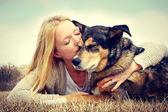 žena něžně objímat a líbat psa