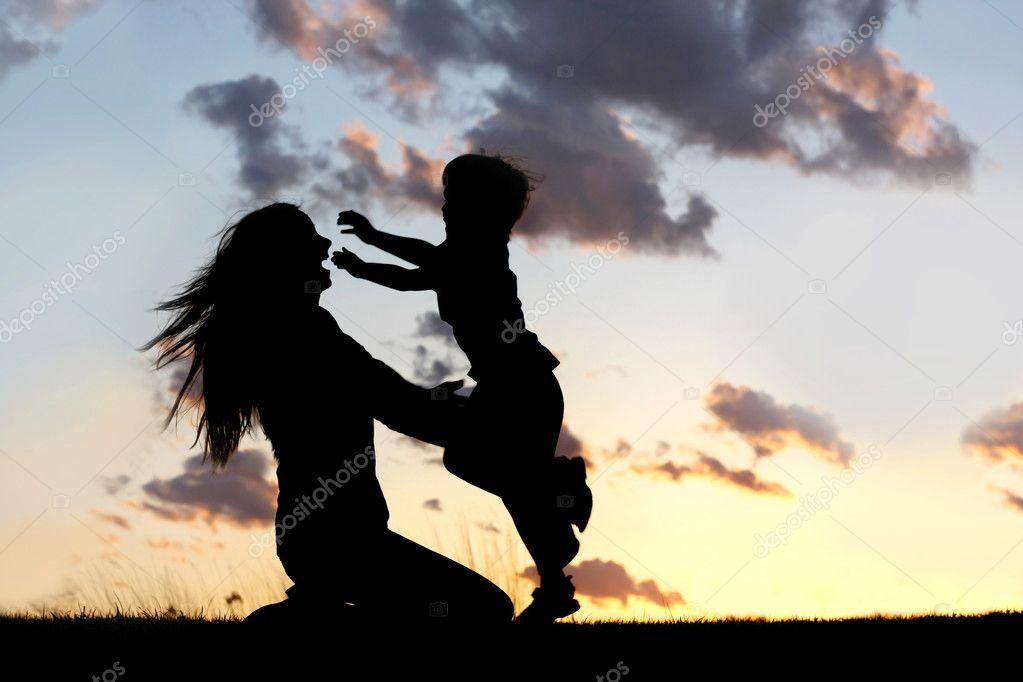 Silueta De Niño Corriendo Para Abrazar A Madre Al