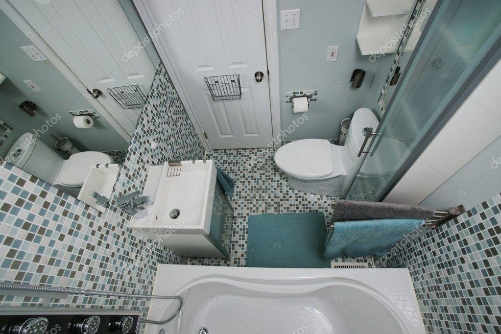 interni moderni piccolo bagno piastrelle a mosaico bianco blu grigio spazio ben organizzato foto di ehpoint