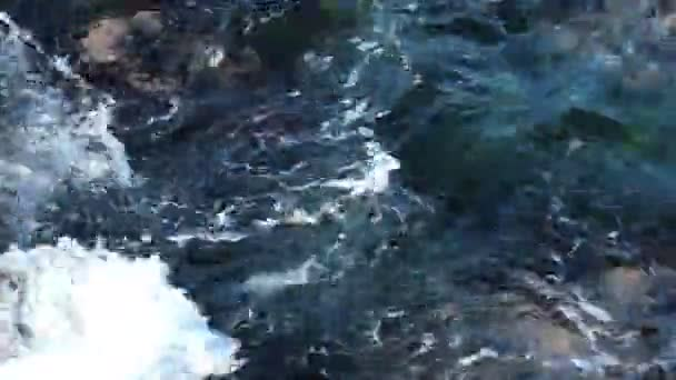 pozadí průzračného moře vody s mnoha velkými balvany na dně