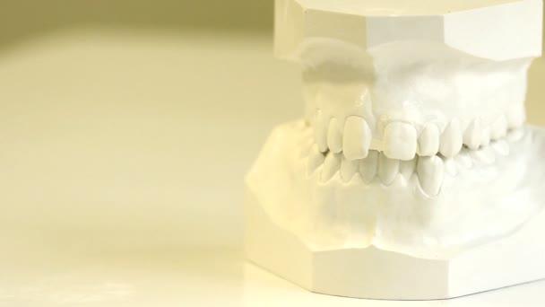 Dental-Schrank. Klammern Abbildung vor und nach der Reihe