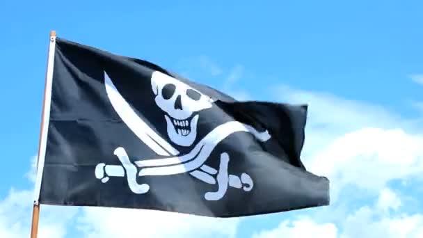 jolly roger dei pirati bandiera sventolare sopra un cielo blu