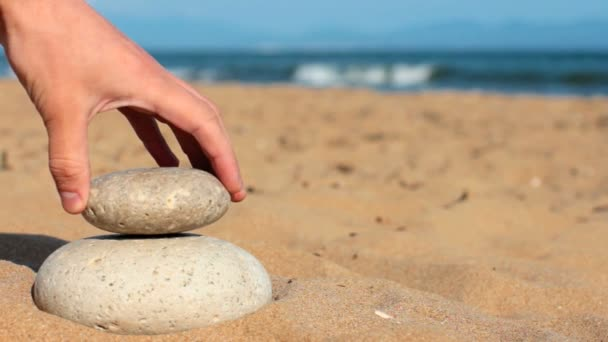 nyári. Wild beach. valaki a kezét konstrukciók egyensúlyi.