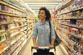 nők, vásárlás, szupermarket, bevásárlókosár, kiskereskedelmi, élelmiszerbolt prod