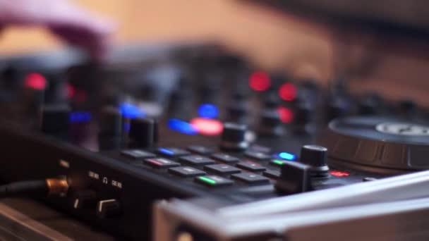 DJ hraje hudba