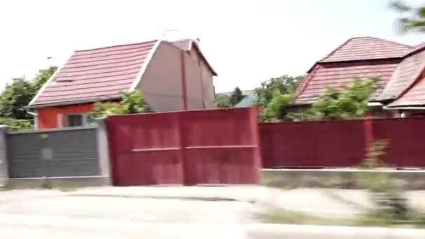 viele Ferienhäuser im Dorf an sonnigen Sommertagen, Autosicht mit Bewegung