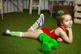 kleines Mädchen mit Hanteln