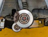 Fotografia auto in riparazione sul paranco a stazione di servizio