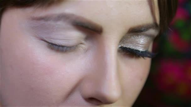 i nebarvenými oční make-up v salonu krásy