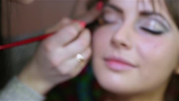 mistr v salonu krásy používat make-up pro oči model