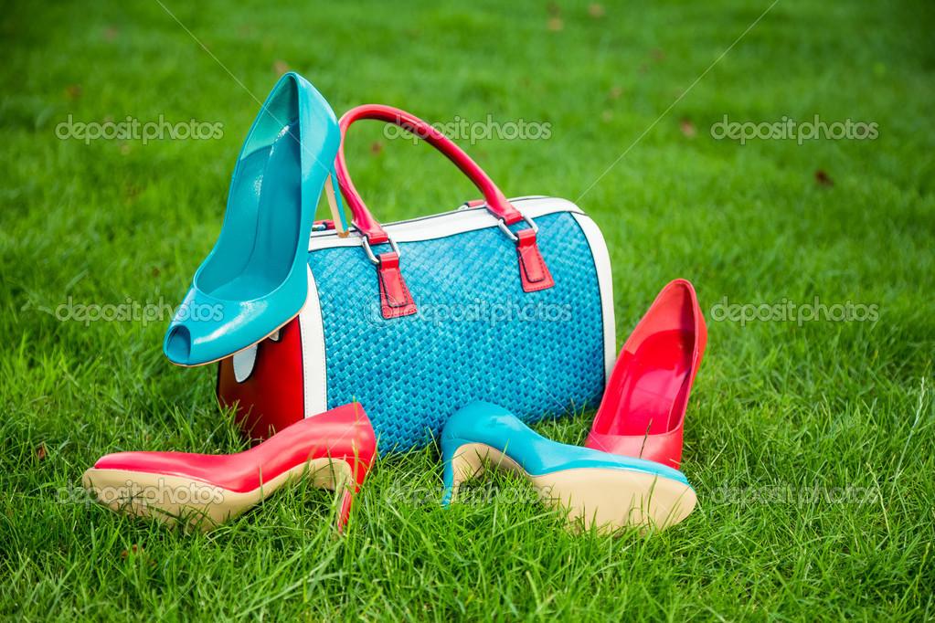 de sobre ponen bolso pares y hierba de rojos zapatos verdes y la Dos Z8fFaw
