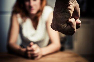 Aile içi şiddetten korkan kadın