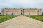 pohled zepředu na královský palác caserta