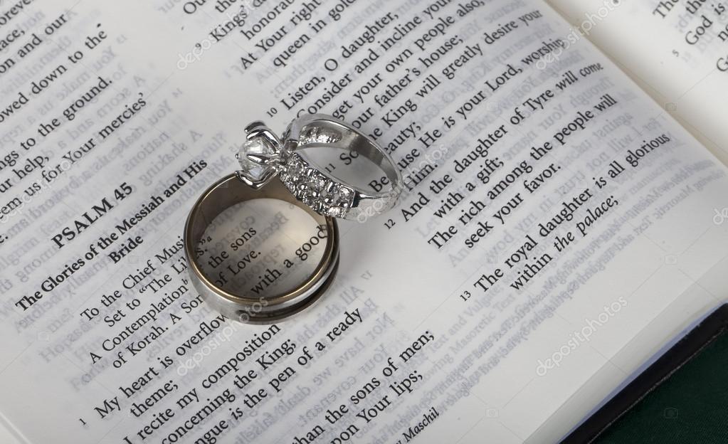 Biblia Matrimonio Entre Primos : Dos anillos de boda en santa biblia abierta — fotos