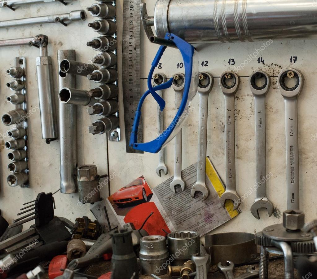 Muchas herramientas sucias en tablero de instrumentos - Tablero de herramientas ...