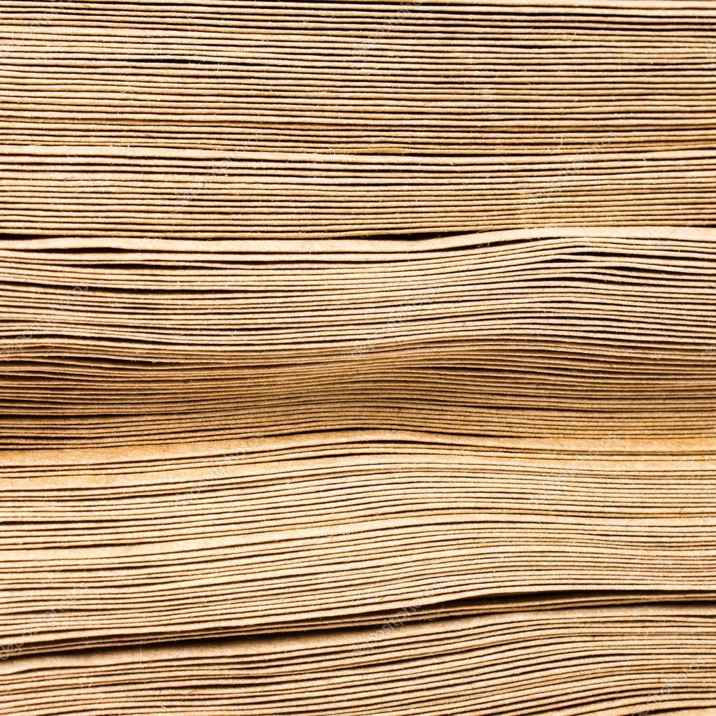 boční pohled na obrovskou hromadou recyklovaný papír ...