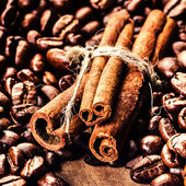 Photo Roasted Coffee beans and cinnamon sticks