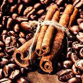 pražená kávová zrna a skořici