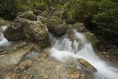 panorama di lunga esposizione con cascata dacqua
