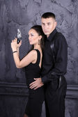 Mann und ein Mädchen mit einer Waffe