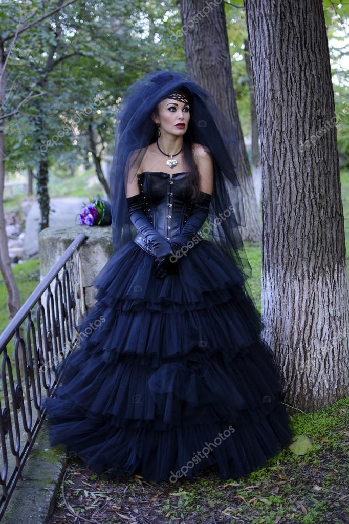 719736fe9fe9 Grida gotica sposa in abito da sposa nero e velo — Foto di ...