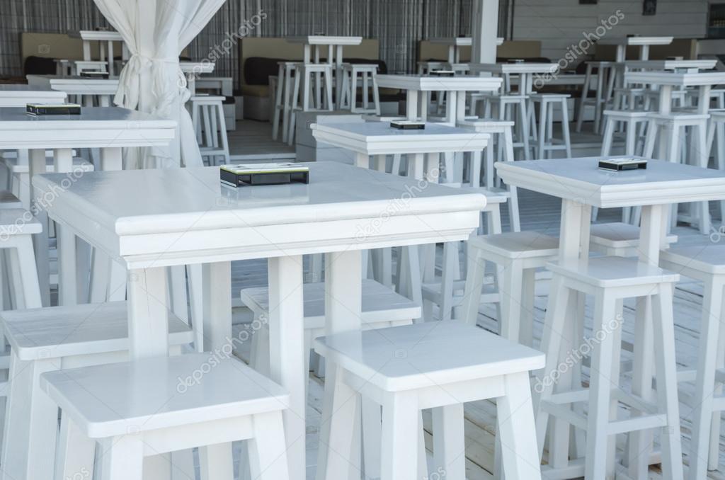 Tavoli e sgabelli bianchi u foto stock martina l