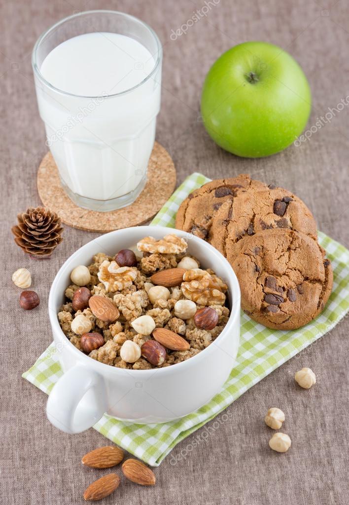 Cereales en un taz n galletas y leche en la mesa fotos for Tazon cereales