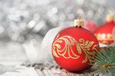 červené a stříbrné vánoční ozdoby na pozadí světlé dovolená