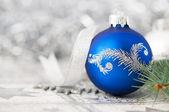 modré a stříbrné vánoční ozdoby na pozadí světlé dovolená