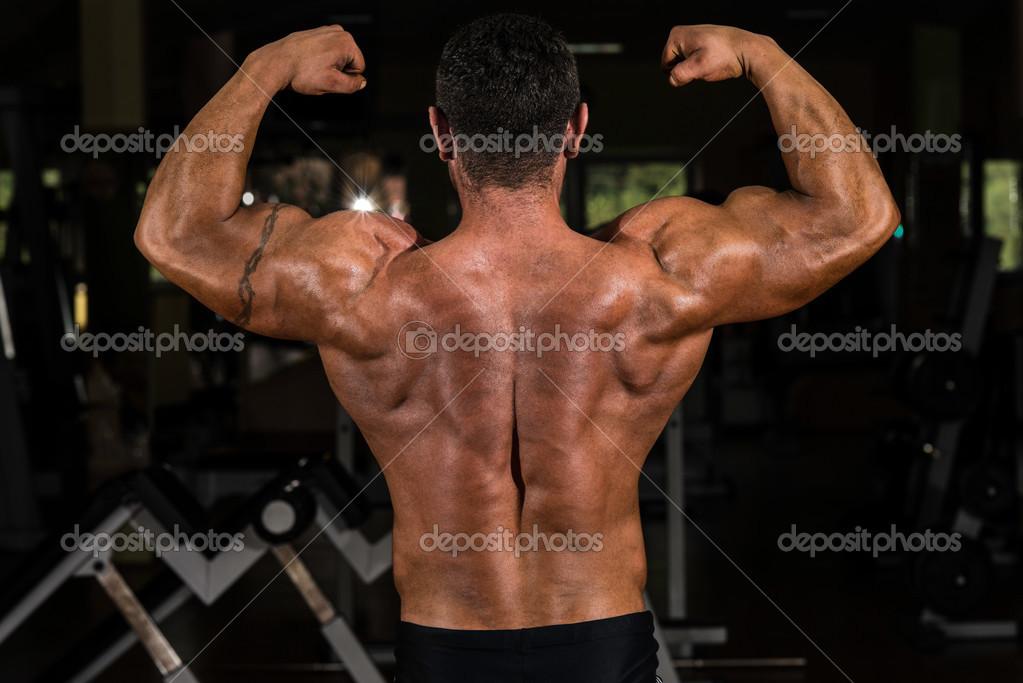 Muskel Bodybuilder zeigen seinen zurück Doppel Bizeps — Stockfoto ...