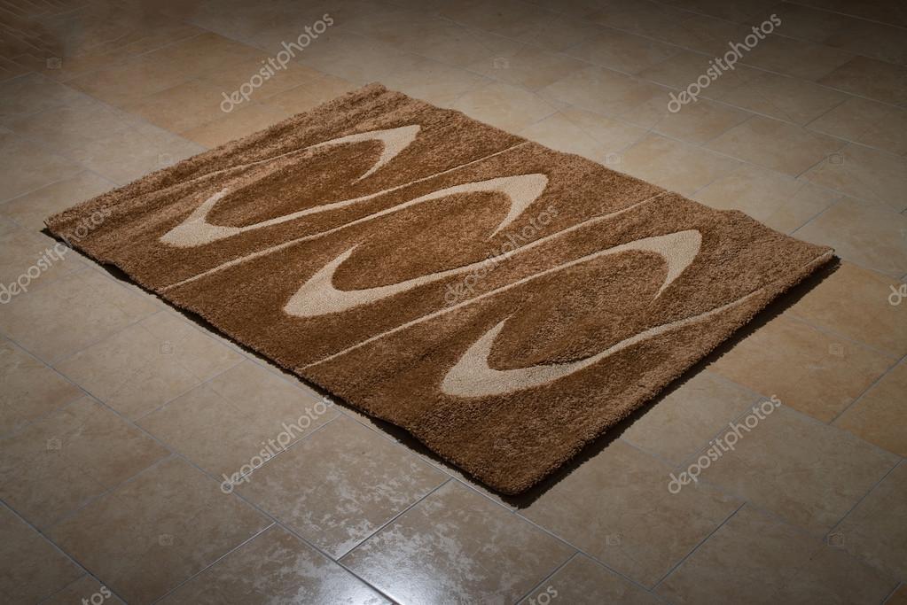 Tappeto marrone singolo piegato sul pavimento u foto stock ibrak