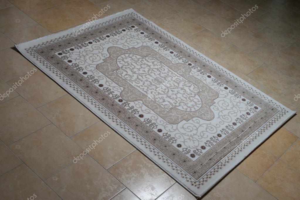 Tappeto persiano bianco isolato su piastrelle u foto stock ibrak