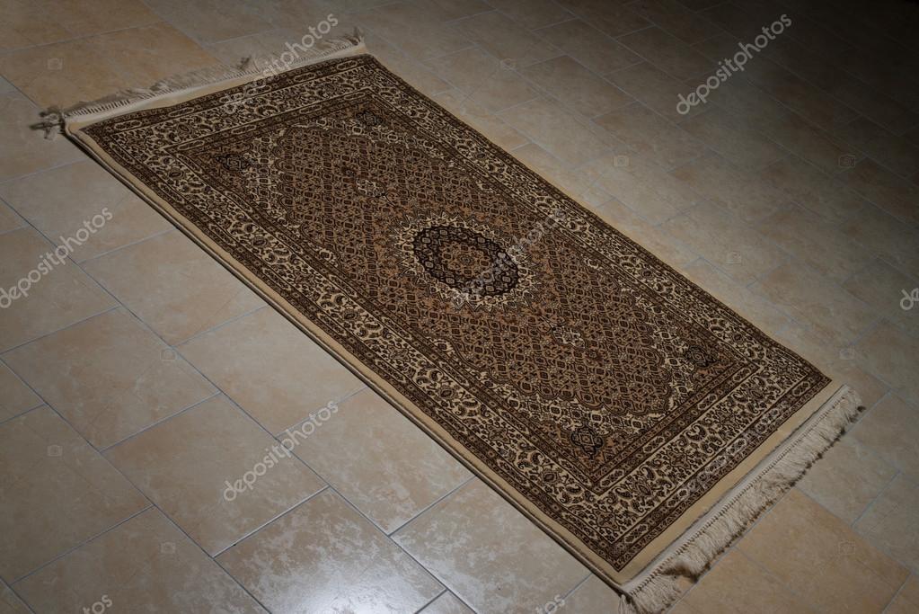 Tappeto persiano isolato su piastrelle u foto stock ibrak