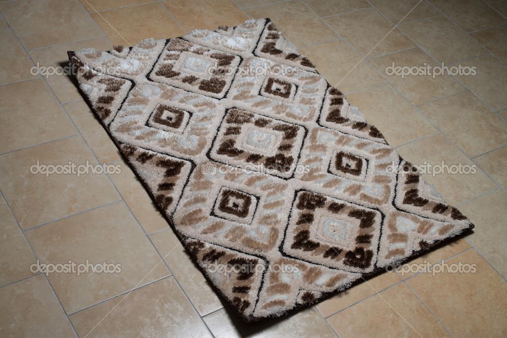 Tappeto modello sdraiato sul pavimento u foto stock ibrak