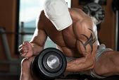 A fiatalember a feladatot a bicepsz
