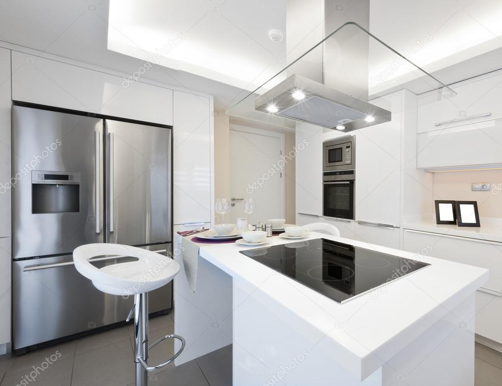 Luminosa cucina moderna u foto stock kokal
