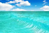 vlna na pozadí modré oblohy