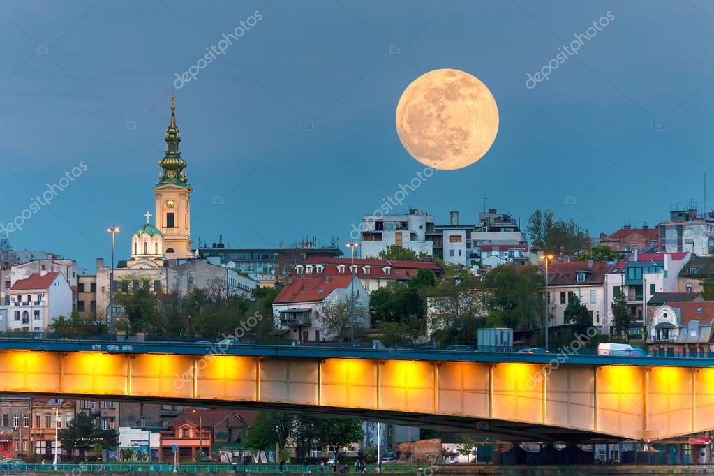 Αστικό τοπίο του Βελιγραδίου στη νύχτα της πανσελήνου — Φωτογραφία Αρχείου