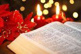 offene Bibel mit Weihnachtsgeschichte und Weihnachtsschmuck
