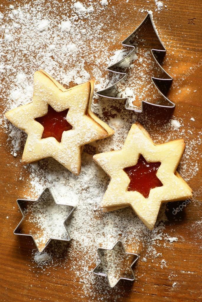 weihnachtspl tzchen mit marmelade und cookie cutter stockfoto mkucova 27279083. Black Bedroom Furniture Sets. Home Design Ideas