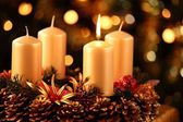Adventskranz mit einer Kerze beleuchtet